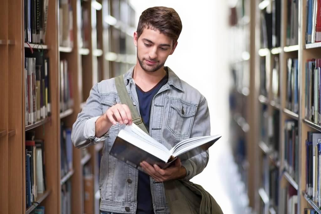 Estudar para concursos enquanto se faz faculdade pode ser um desafio